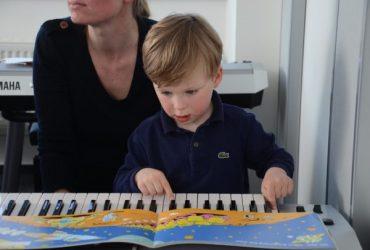 Bambino a scuola di musica Yamaha