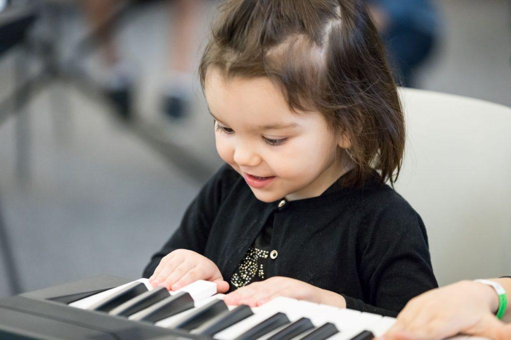bambina alla tastiera