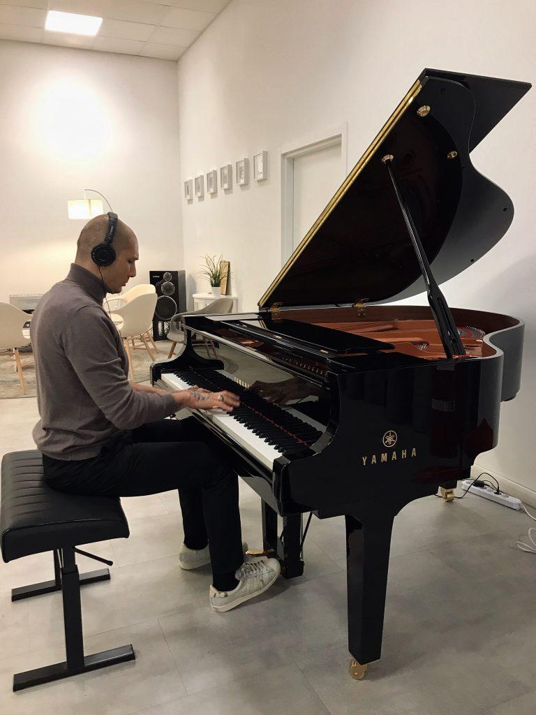 Emiliano Pepe al pianoforte Silent
