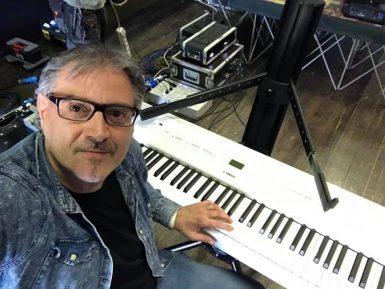 johnny pozzi al pianoforte