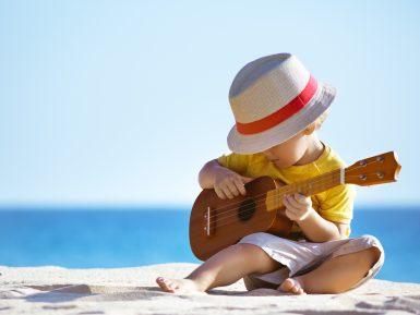 Bimbo che suona ukulele