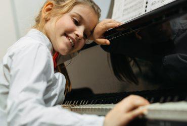 Babmbina che suona il piano per rappresentare la formazione nelle scuole Yamaha